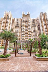 Gallery Cover Image of 1290 Sq.ft 3 BHK Apartment for rent in Mahagun Mywoods, Noida Extension for 19000