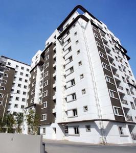 Gallery Cover Image of 1622 Sq.ft 3 BHK Apartment for rent in Bren Corporation Bren Avalon, Kartik Nagar for 26000
