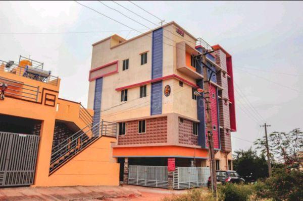 चिकबनवारा में कुशी बॉइज़ एंड गर्ल्स पीजी के बिल्डिंग की तस्वीर