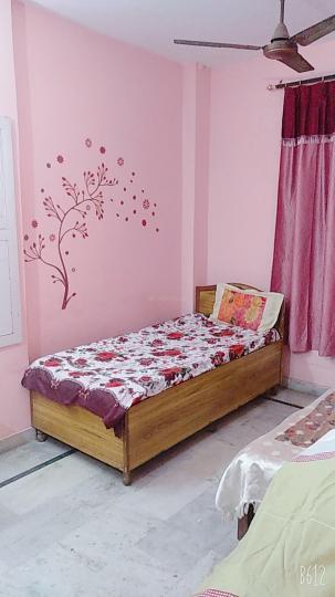 शालीमार बाग में राज बॉइज़ पीजी के बेडरूम की तस्वीर