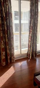 Gallery Cover Image of 750 Sq.ft 1 BHK Apartment for rent in Santacruz West for 70000