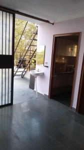 Gallery Cover Image of 400 Sq.ft 1 BHK Independent Floor for rent in Safdarjung Development Area for 22000