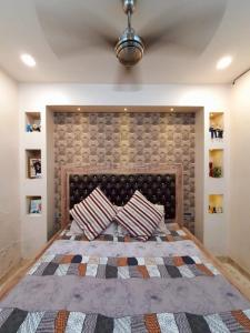 Gallery Cover Image of 1800 Sq.ft 3 BHK Independent Floor for rent in Punjabi Bagh for 55000