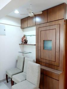 Gallery Cover Image of 750 Sq.ft 2 BHK Apartment for buy in Prabhadevi for 19000000