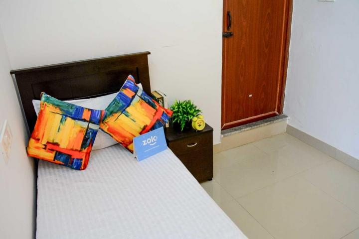 एस.जी. पाल्य में ज़ोलो नाइट में बेडरूम की तस्वीर
