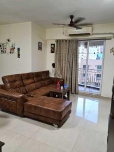 Gallery Cover Image of 1500 Sq.ft 3 BHK Apartment for rent in Kasarvadavali, Thane West for 35000