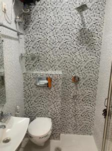 Gallery Cover Image of 600 Sq.ft 2 BHK Apartment for rent in DLF Capital Greens, Karampura for 17000