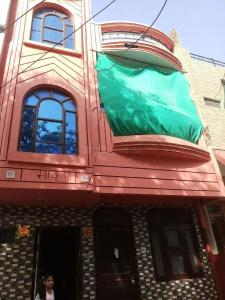 Gallery Cover Image of 2000 Sq.ft 8 BHK Independent House for buy in Mahaveer Nagar for 7000000