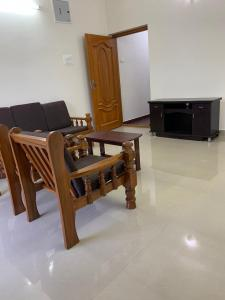 Gallery Cover Image of 1200 Sq.ft 2 BHK Independent Floor for rent in Palavakkam for 25000