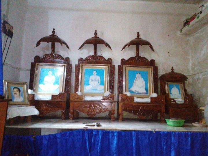 टोल्ल्यगूंगे में अनुकूल धाम में पूजा कक्ष की तस्वीर