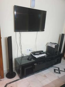 Gallery Cover Image of 1500 Sq.ft 2 BHK Independent Floor for rent in Chittaranjan Park for 42500