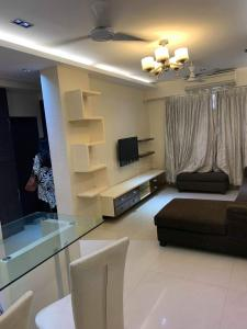 Gallery Cover Image of 970 Sq.ft 2 BHK Apartment for rent in Malad West for 50000