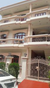 Gallery Cover Image of 3680 Sq.ft 3 BHK Villa for buy in Alambagh for 14000000