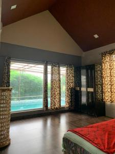 Gallery Cover Image of 3300 Sq.ft 7 BHK Independent Floor for buy in Royal Palms Villas, Goregaon East for 24000000