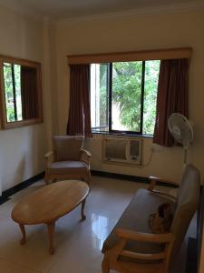 Gallery Cover Image of 650 Sq.ft 1 BHK Apartment for rent in Khar West for 45000