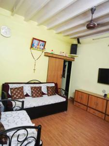 Gallery Cover Image of 500 Sq.ft 1 BHK Independent House for rent in Santacruz East for 22000