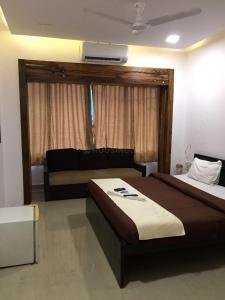 Gallery Cover Image of 1900 Sq.ft 3 BHK Apartment for rent in Parel for 120000