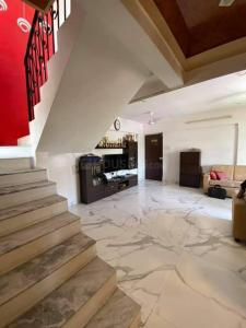 Gallery Cover Image of 1100 Sq.ft 2 BHK Independent Floor for buy in Thane West for 16500000