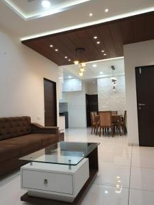 Gallery Cover Image of 2200 Sq.ft 3 BHK Apartment for rent in Alkapuri for 40000