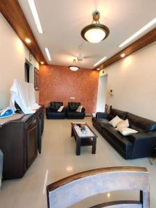 Gallery Cover Image of 2000 Sq.ft 3 BHK Apartment for rent in Crescent Aura, Bandra West for 100000
