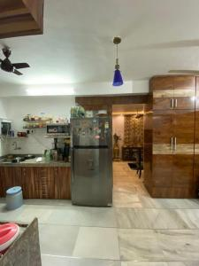 Gallery Cover Image of 900 Sq.ft 2 BHK Apartment for buy in Sky Deck Tower, Andheri West for 27500000