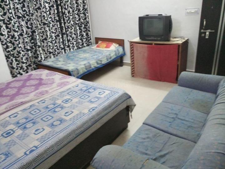 सेक्टर 141 में खुशी पीजी अकॉमोडेशन के बेडरूम की तस्वीर