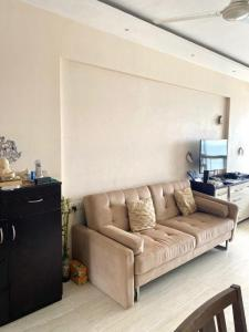 Gallery Cover Image of 625 Sq.ft 1 BHK Apartment for buy in Shangri La, Colaba for 42500000