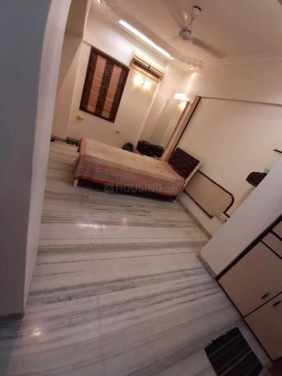 पवई में सिंह रियल्टी के लिविंग रूम की तस्वीर