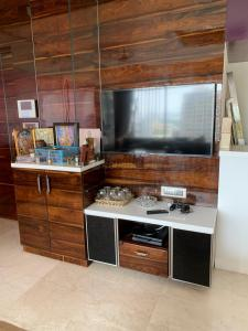Gallery Cover Image of 1600 Sq.ft 3 BHK Apartment for rent in Malad East for 80000