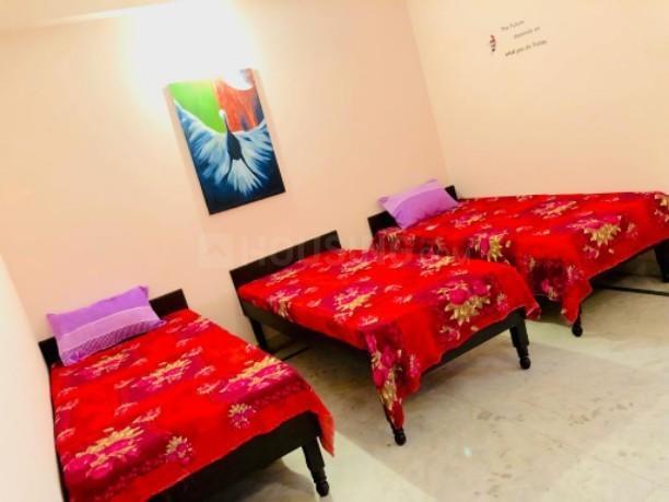 सेक्टर 42 में पिंक रूम पीजी के बेडरूम की तस्वीर
