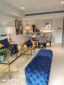 Gallery Cover Image of 1950 Sq.ft 3 BHK Apartment for buy in Santacruz West for 64900000