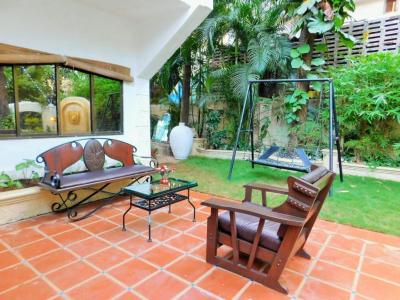Gallery Cover Image of 5200 Sq.ft 4 BHK Villa for rent in Juhu for 600000