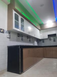 Gallery Cover Image of 1000 Sq.ft 3 BHK Apartment for buy in Dwarka Mor for 3810000