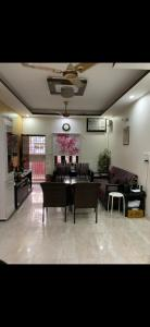 Gallery Cover Image of 800 Sq.ft 2 BHK Apartment for buy in Sheikh Sarai for 10000000