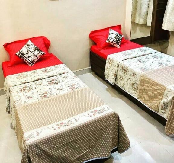 घनसोली में सोलो लिविंग लक्ज़री पीजी के बेडरूम की तस्वीर
