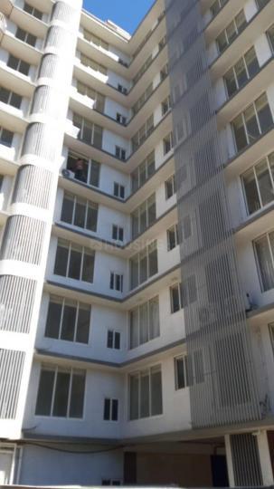 सांताक्रुज़ ईस्ट में एंपेरर्स पीजी के बिल्डिंग की तस्वीर