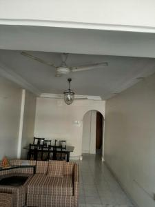 Gallery Cover Image of 820 Sq.ft 2 BHK Apartment for buy in Colaba for 37500000