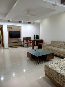 Gallery Cover Image of 2000 Sq.ft 3 BHK Apartment for rent in Bhagwan Apartments, Worli for 175000