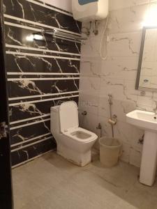 सेक्टर 45 में श्री लक्ष्मी अकॉमोडेशन के बाथरूम की तस्वीर