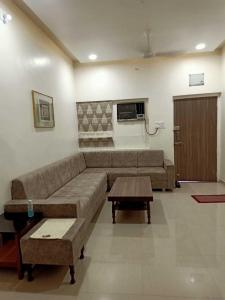 Gallery Cover Image of 1450 Sq.ft 2 BHK Apartment for rent in Navrangpura for 35000
