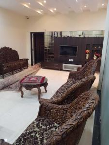 Gallery Cover Image of 5700 Sq.ft 8 BHK Villa for buy in Attapur for 40000000