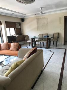 Gallery Cover Image of 1630 Sq.ft 3 BHK Apartment for rent in Cuffe Parade for 220000