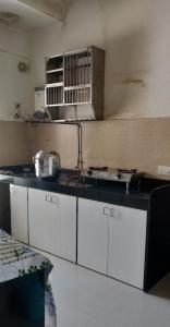 Gallery Cover Image of 1305 Sq.ft 3 BHK Apartment for buy in Malad West for 28000000