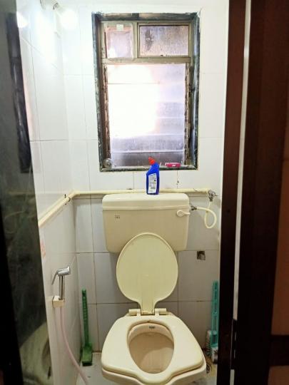 लोअर परेल में गंदा दर्शन के बाथरूम की तस्वीर