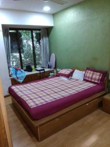 Gallery Cover Image of 800 Sq.ft 2 BHK Apartment for rent in Santacruz West for 90000