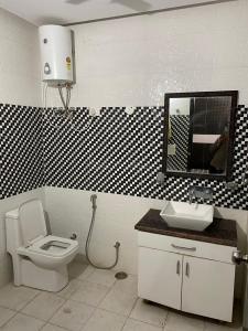 सेक्टर 8 में कॉमन बाथरूम इमेज ऑफ द अहूजा'एस
