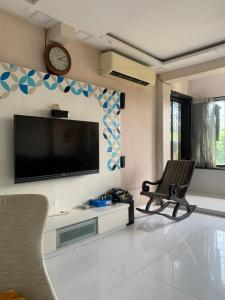 Gallery Cover Image of 1500 Sq.ft 3 BHK Apartment for rent in Kalbadevi for 90000