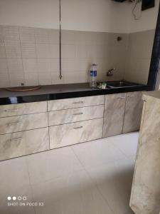 Gallery Cover Image of 920 Sq.ft 2 BHK Apartment for rent in Raunak Heights, Kasarvadavali, Thane West for 15000