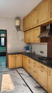 Gallery Cover Image of 700 Sq.ft 1 BHK Independent House for rent in Shalimar Bagh for 25000