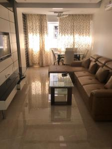 Gallery Cover Image of 575 Sq.ft 1 BHK Apartment for rent in Andheri West for 52500